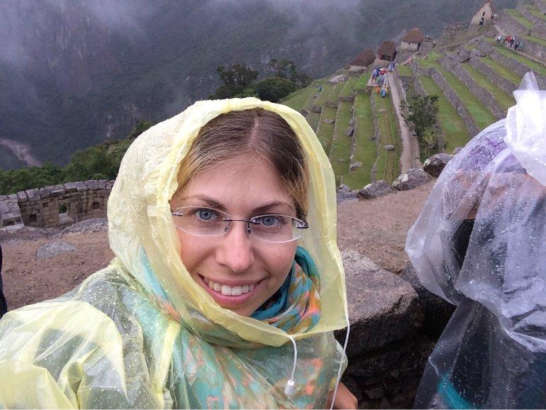 Barbara_mit_Regencape_auf_Machu_Picchu
