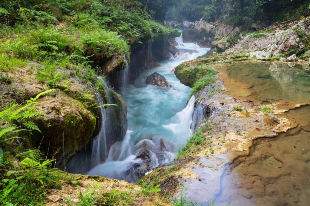 Ein Wasserfall mit heißem Wasser in Guatemala