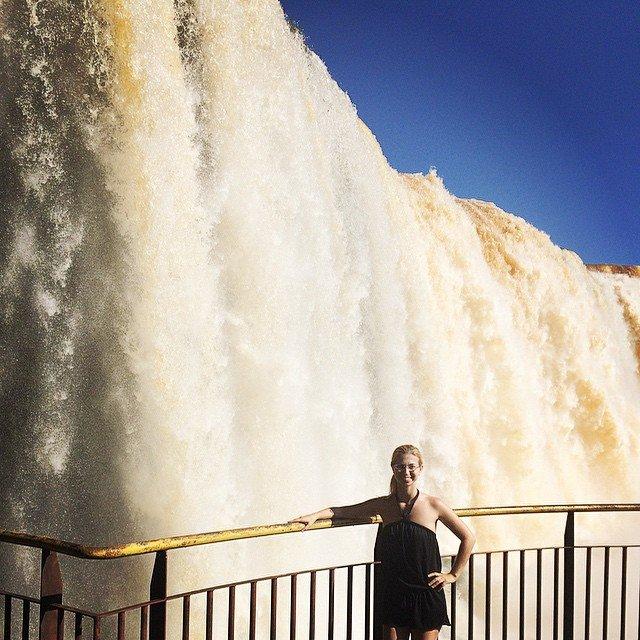 In Iguacu vor einem der Wasserfälle
