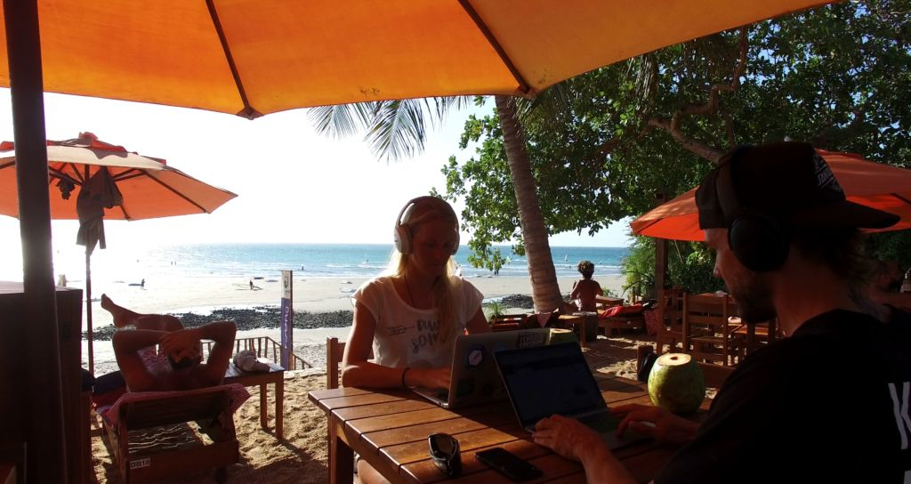 digital-nomad-working-at-the-beach